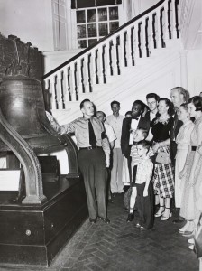 A National Park Service ranger gives a talk about the Liberty Bell to tourists, Independence Hall, July 1951. Photo credit: Abbie Rowe, National Park Service, Wikimedia Commons.